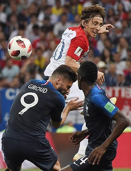 Матч между сборными Франции и Хорватии на стадионе «Лужники». Слева направо: игрок сборной Франции Оливье Жиру, игрок сборной Хорватии Лука Модрич и игрок сборной Франции Блез Матюиди во время матча
