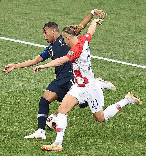Матч между сборными Франции и Хорватии на стадионе «Лужники».  Игрок сборной Франции Килиан Мбаппе (слева) и игрок сборной Хорватии Домагой Вида