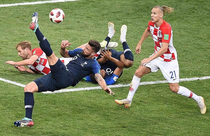 Матч между сборными Франции и Хорватии на стадионе «Лужники».  Игрок сборной Хрватии Домагой Вида (справа) и игрок сборной Франции Оливье Жиру (слева) во время матча