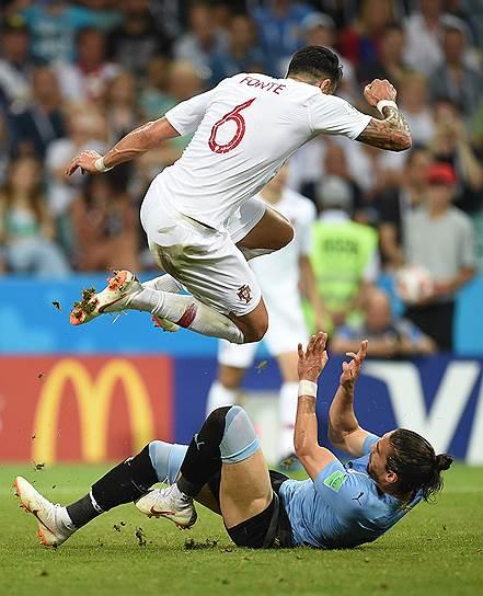 Матч между сборными Уругвая и Португалии на стадионе «Фишт». Игрок сборной Португалии Жозе Фонте (слева) и игрок сборной Уругвая Мартин Касерес (справа)