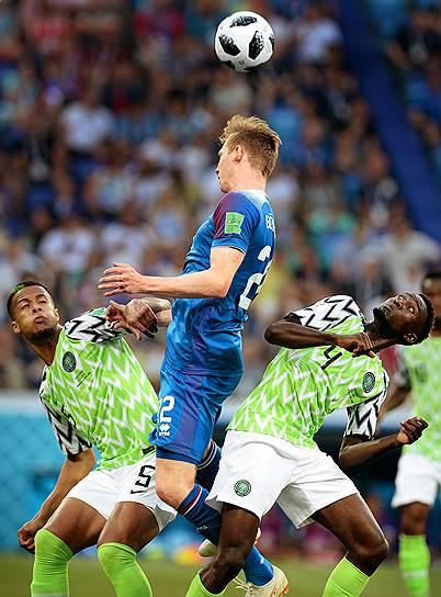 Матч между сборными Нигерии и Исландии на стадионе «Волгоград Арена». Игрок сборной Исландии Йон Бодварссон (в центре)