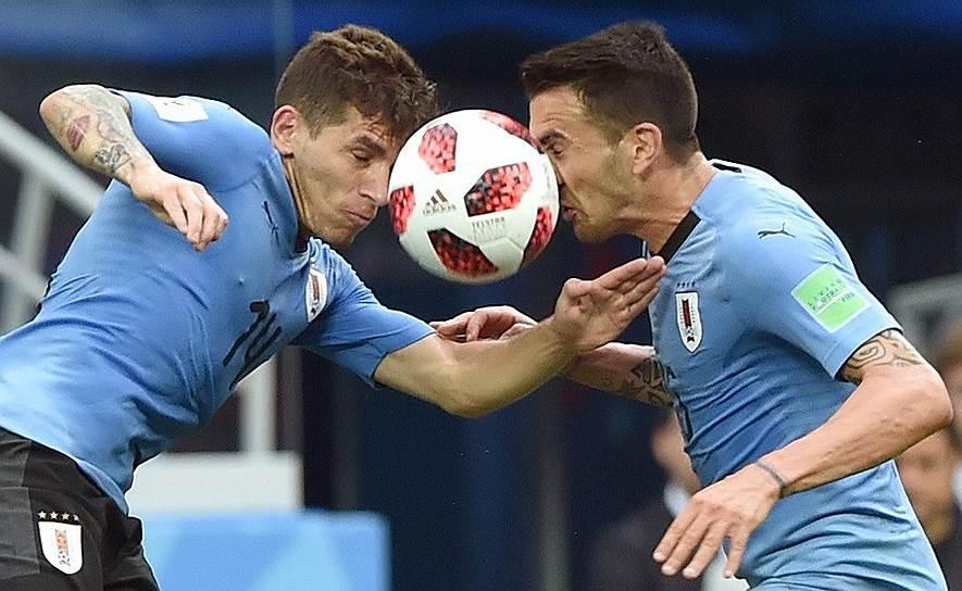 Матч между сборными Уругвая и Франции на стадионе «Нижний Новгород». Игроки сборной Уругвая Лукас Торрейра (слева) и Матиас Весино (справа)