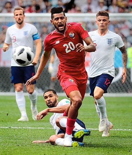 Матч между сборными командами Англии и Панамы на стадионе «Нижний Новгород». Игрок сборной Панамы Анибаль Годой (в центре)