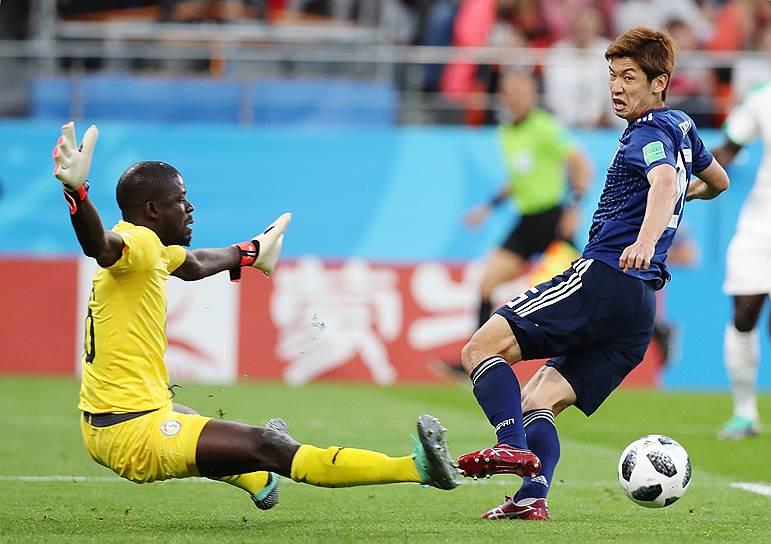 Вратарь сборной Сенегала Хадим Н'Диайе (слева) во время матча против сборной Японии