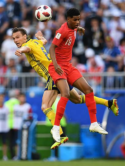 Матч между сборными Швеции и Англии в Самаре. Игрок сборной Швеции Альбин Экдаль (слева) и игрок сборной Англии Маркус Рэшфорд (справа)