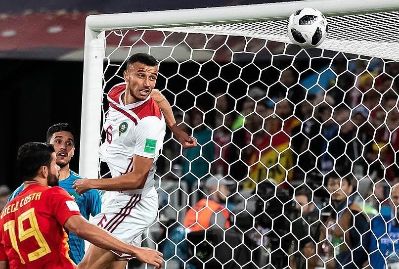 Игрок сборной Марокко Ромен Саисс (справа) во время матча со сборной Испании на стадионе «Калининград»