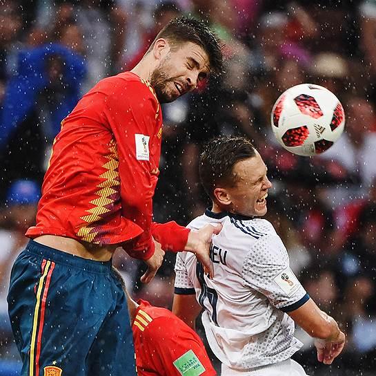 Игрок сборной России Денис Черышев (справа) и игрок сборной Испании Жерар Пике во время матча Россия—Испания