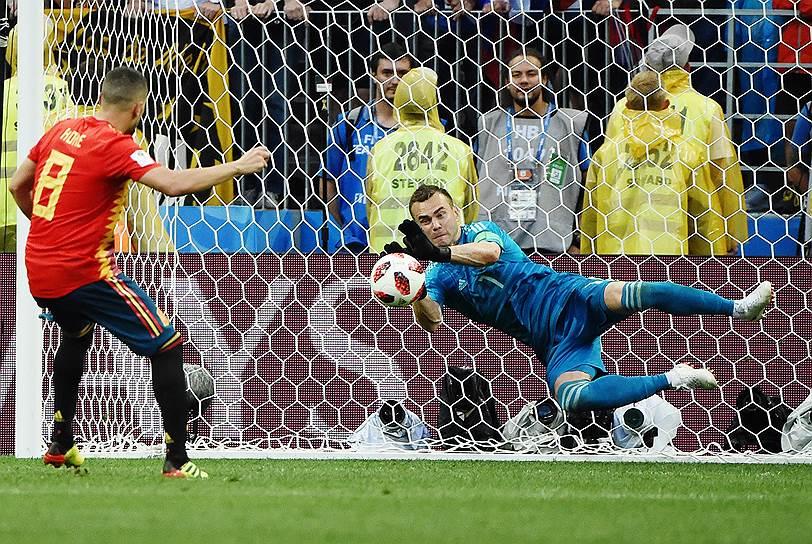 Вратарь сборной России Игорь Акинфеев (справа) и игрок сборной Испании Коке во время серии пенальти в матче между Россией и Испанией