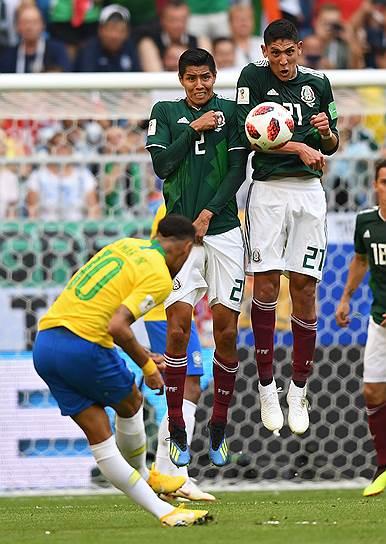 Игроки сборной Мексики Уго Айяла (слева) и Эдсон Альварес во время матча против сборной Англии