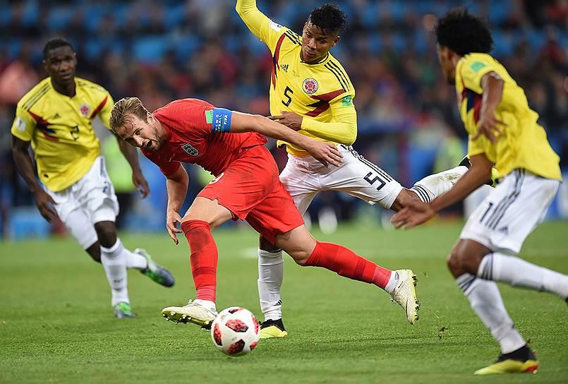 Игрок сборной Колумбии Вильмар Барриос (второй справа) и игрок сборной Англии Гарри Кейн (второй слева) во время матча