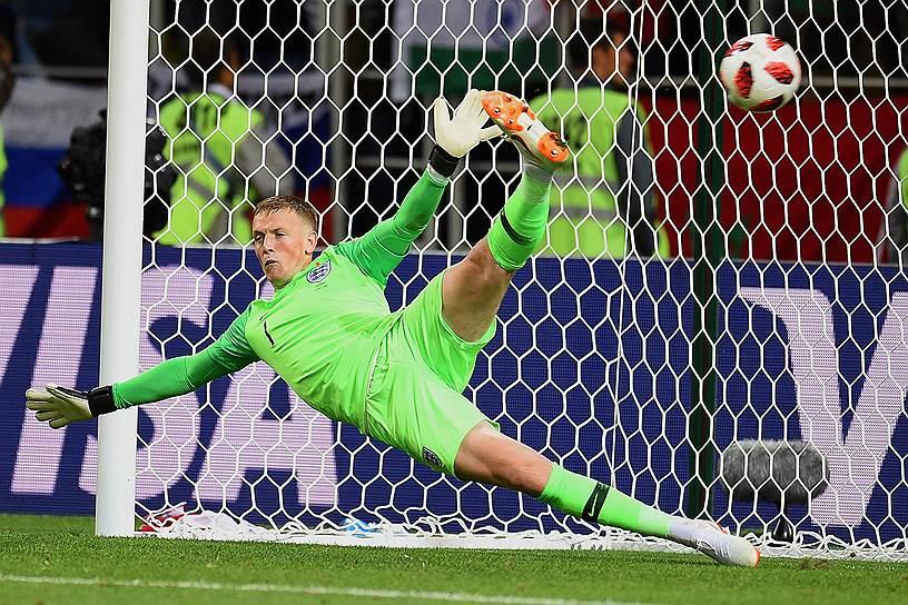 Вратарь сборной Англии Джордан Пикфорд во время серии пенальти на матче с Колумбией