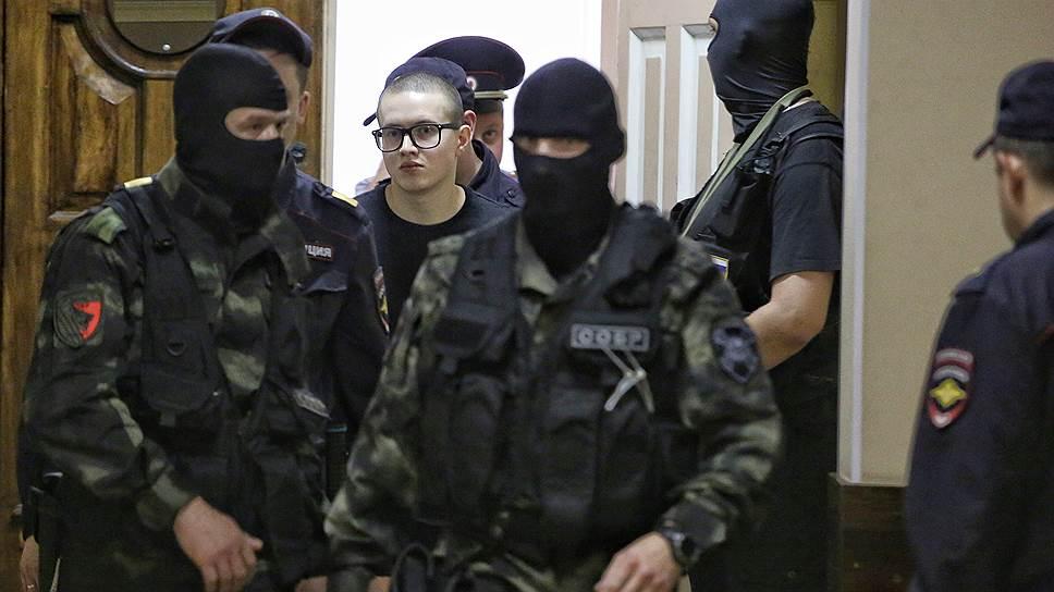 Фигурант дела «Сети» Виктор Филинков (в центре)