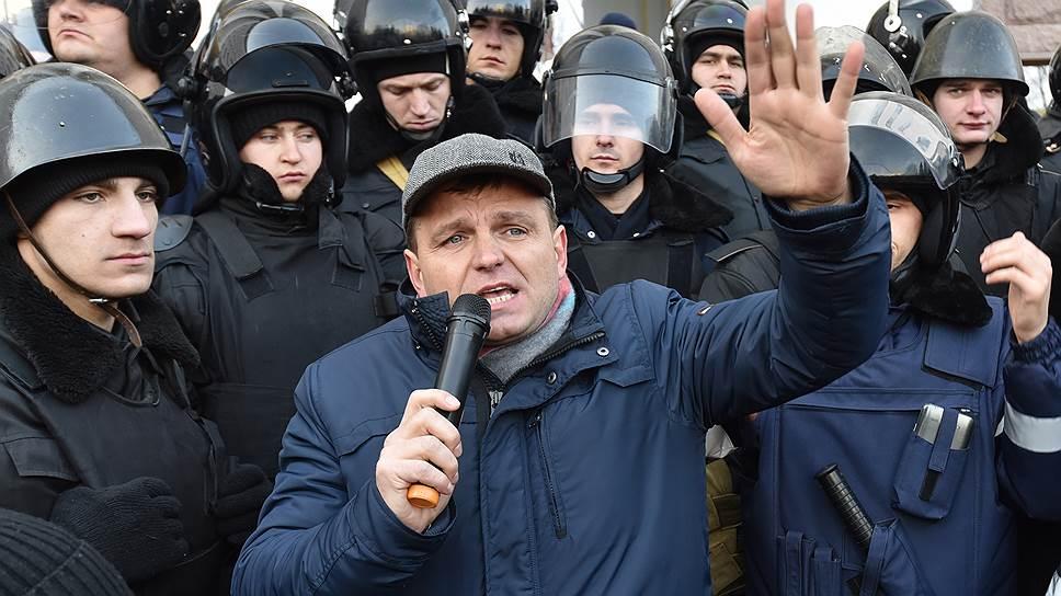 Молдавский политик Андрей Нэстасе (в центре) на акции у здания парламента Молдавии в январе
