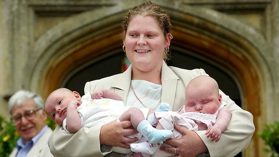 Луиза Браун держит на руках двойняшек «из пробирки» во время празднования 25-летия внедрения технологии In Vitro в 2003-м году. Первой женщине, появившейся на свет этим способом, соответственно, тоже 25 лет, и через три года она станет матерью естественным путем, опровергнув все предрассудки
