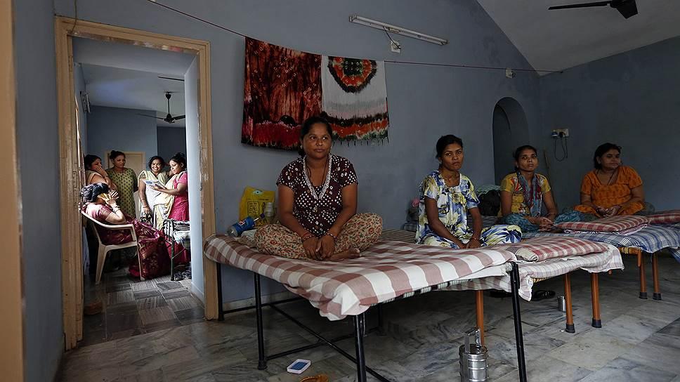 Индия была крупнейшим мировым центром суррогатного материнства до законодательного запрета в 2016 году. На фото — общежитие для суррогатных матерей в индийском городе Ананде (август 2013-го)