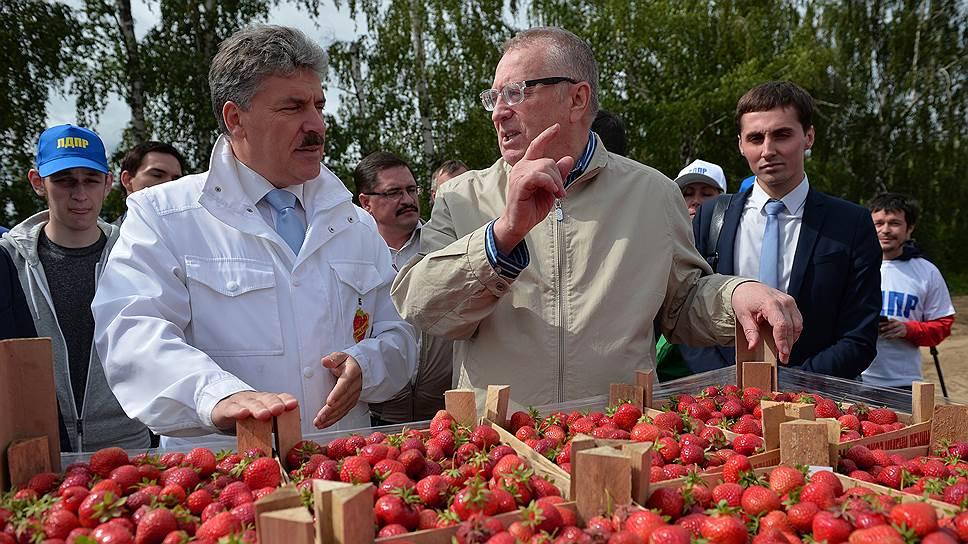 Директор Совхоза имени Ленина Павел Грудинин (слева) и лидер ЛДПР Владимир Жириновский (в центре)