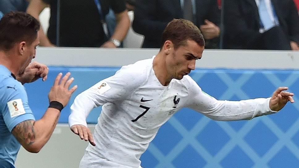 Игрок сборной Франции Антуан Гризманн (справа)