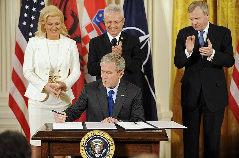 Слева направо: посол Хорватии в США Колинда Грабар-Китарович, президент США Джордж Буш-младший, посол Албании в США Александр Саллабанда и генсек НАТО Яаап де Хооп Схеффер. 2008 год