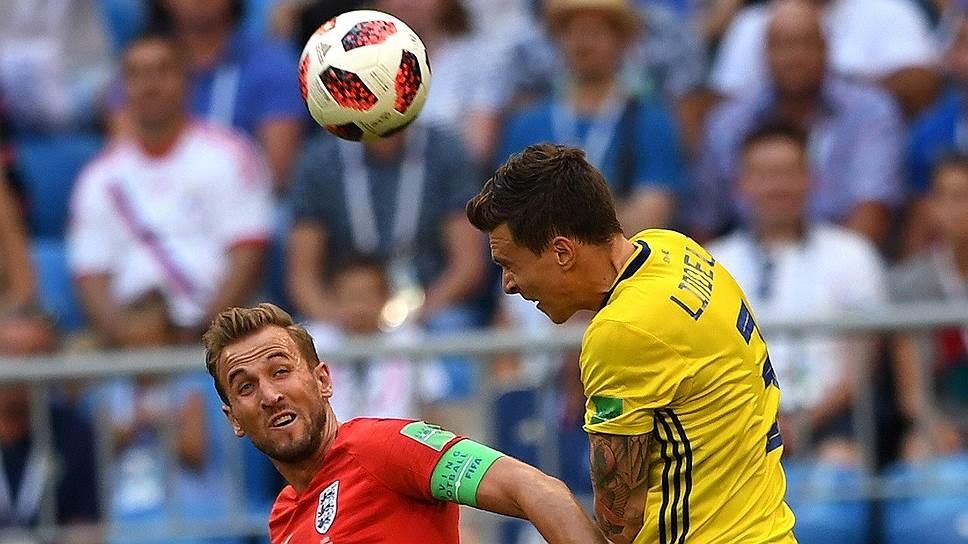 Нападающий сборной Англии Гарри Кейн (слева) и шведский защитник Виктор Линделеф