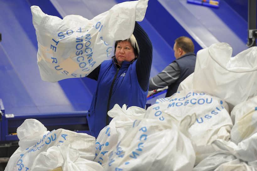 Число сотрудников «Почты России» превышает 350 тыс. человек<br> На фото: логистический центр во Внуково