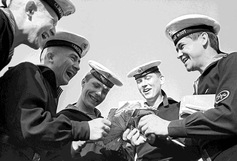 Почтовую связь войск обеспечивает система полевой почты, которая в военное время превращается в военно-полевую почту<br> На фото: матросы Северного флота с письмами из дома, 1980-е годы