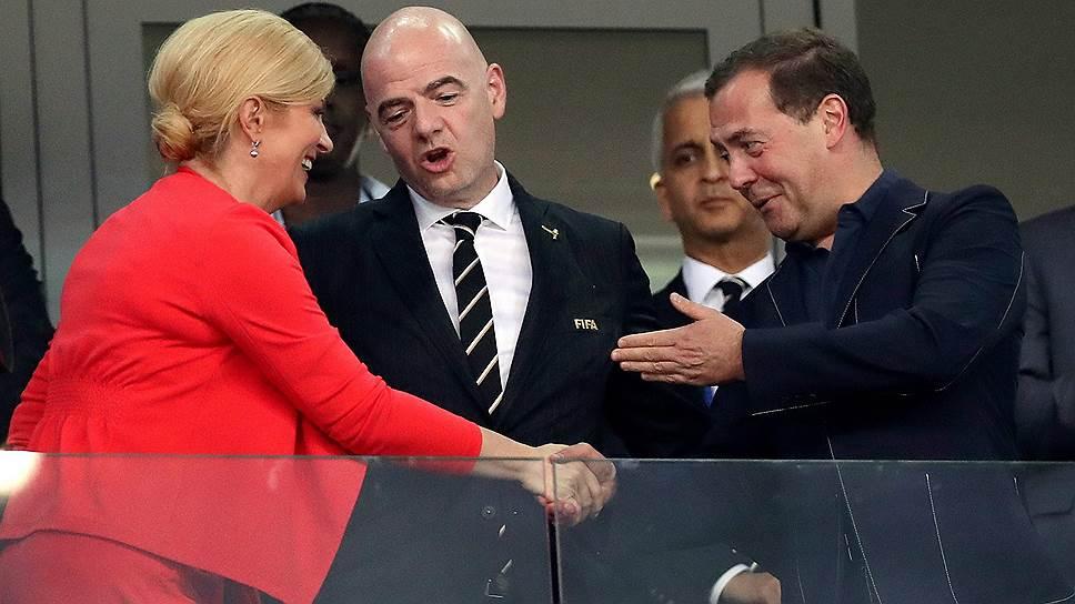 Перед серией пенальти президент FIFA Джанни Инфантино дипломатично встал между президентом Хорватии и премьер-министром России