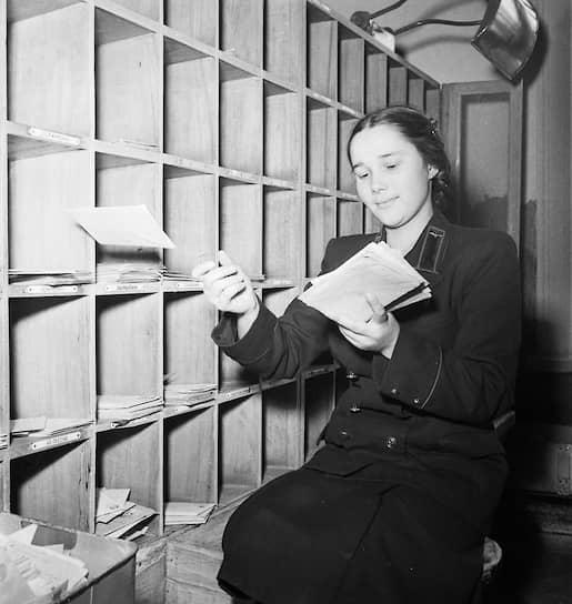 Профессия сортировщика почты востребована до сих пор. Он сортирует бандероли, письма, газеты и прочие почтовые отправления
