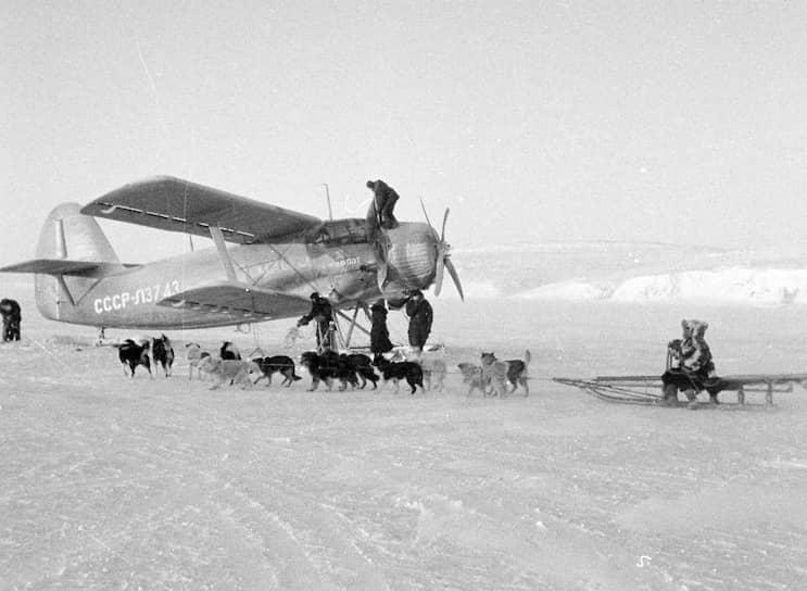 В отдаленные районы почта доставляется самолетами. Внутриобластные почтовые авиамаршруты были организованы в Якутии, Магаданской и Тюменской областях, Чукотском автономном округе, Красноярском и Камчатском краях<br> На фото: почтовый самолет на Чукотке, 1950-е годы