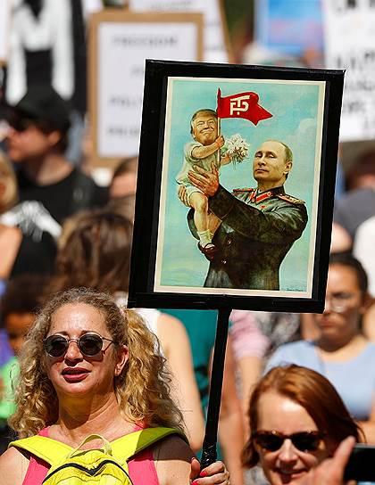 Участники акции протеста развернули плакат, на котором Владимир Путин держит на руках Дональда Трампа