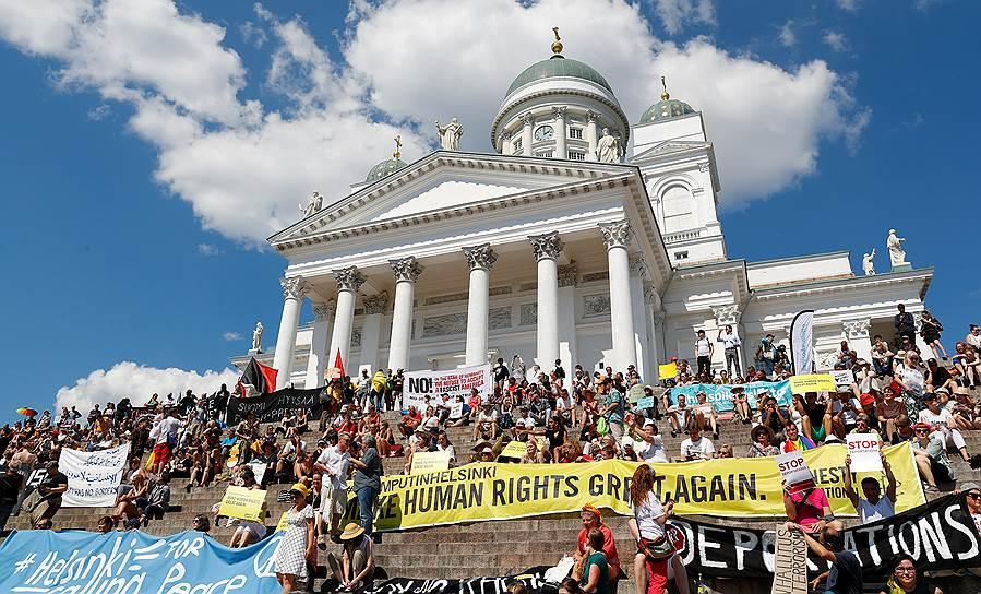 Акция протеста против переговоров президента США Дональда Трампа и президента России Владимира Путина в Хельсинки