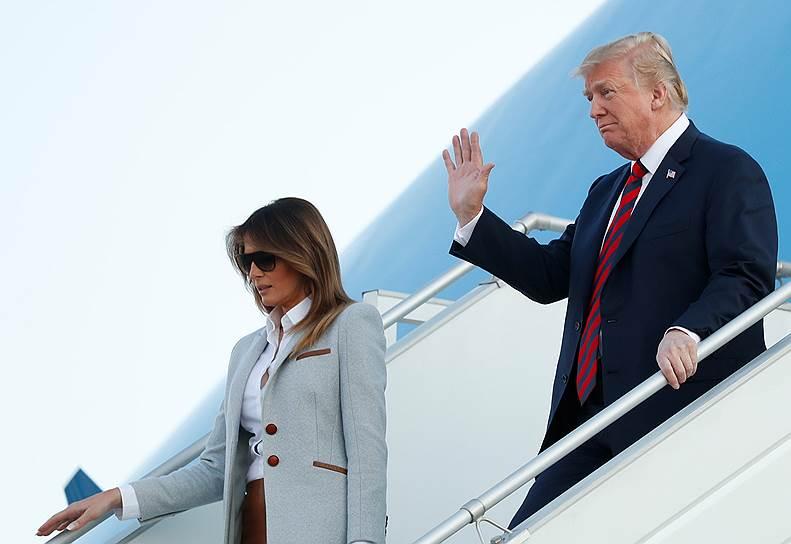 Президент США Дональд Трамп и его супруга Мелания спускаются по трапу