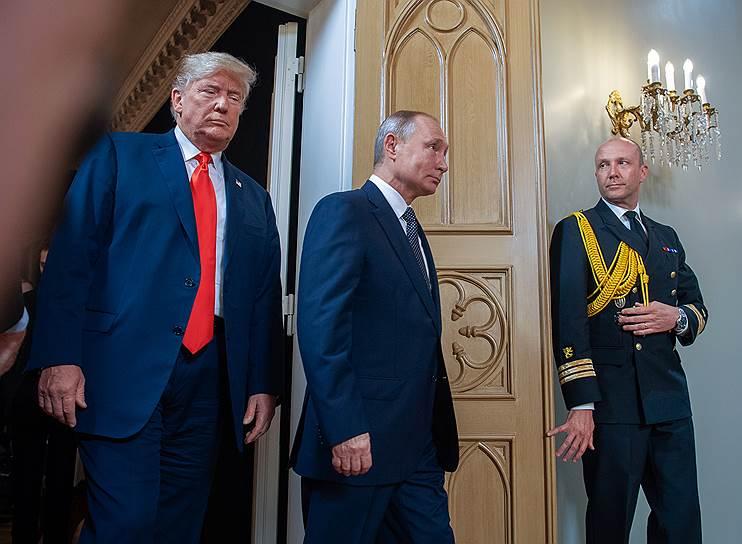 Президент России Владимир Путин и президент США Дональд Трамп (слева) во время встречи