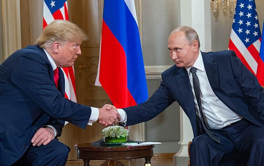 Президенты США и России Дональд Трамп и Владимир Путин пожимают руки