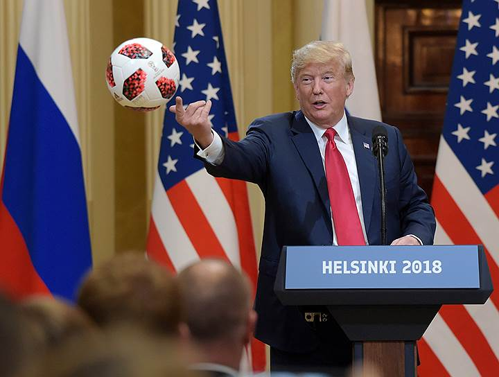 Президент США Дональд Трамп бросает подаренный Владимиром Путиным мяч своей супруге Мелании