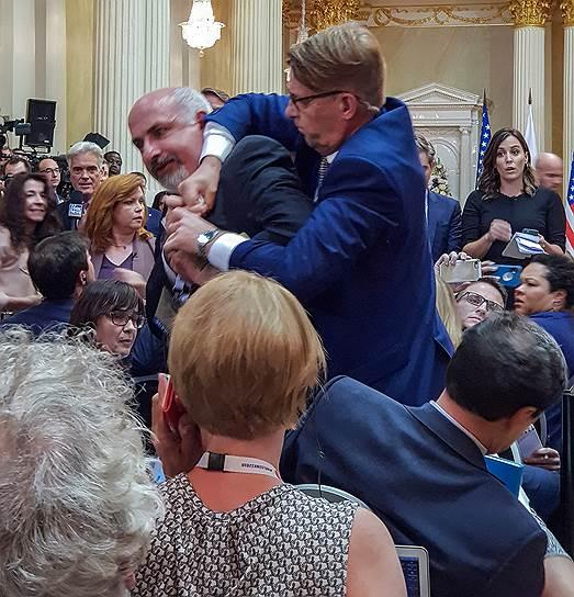 Задержание неизвестного перед пресс-конференцией президентов России и США Владимира Путина и Дональда Трампа