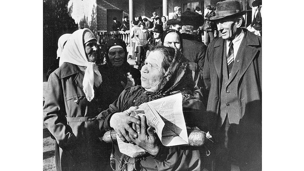 Маленькая пенсия была не единственной бедой советских стариков, проблемой была и возможность «отоварить» деньги. Настолько, что покупка колбасы превращалась в праздник