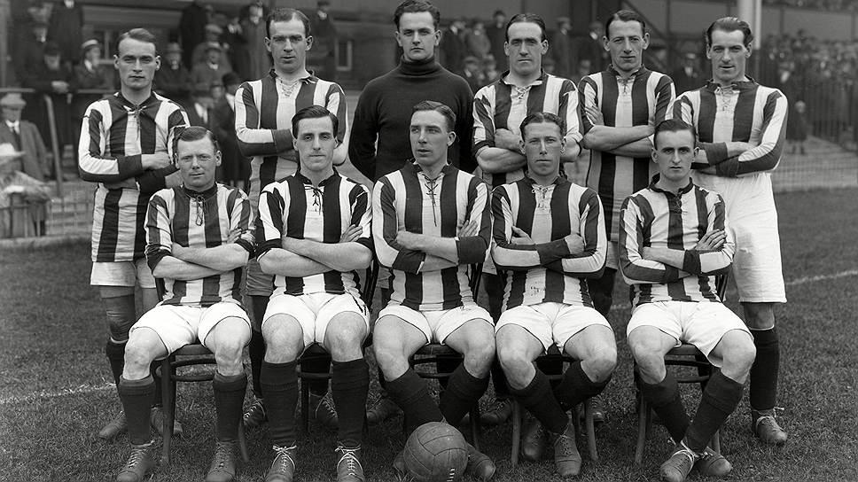 Джон Джеки Шелдон (крайний слева, сидит) считается организатором первого в истории договорного футбольного матча