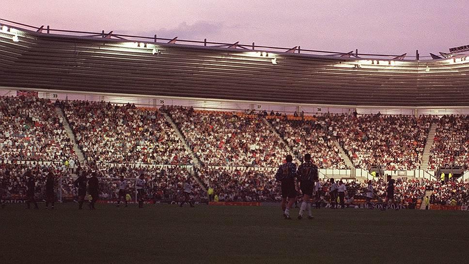 Когда на футбольном стадионе один раз гаснут прожектора, это может быть случайностью. Когда подобное повторяется трижды, это уже закономерность