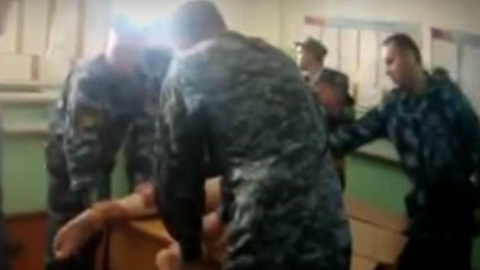 Кадр из видео с пытками Евгения Макарова