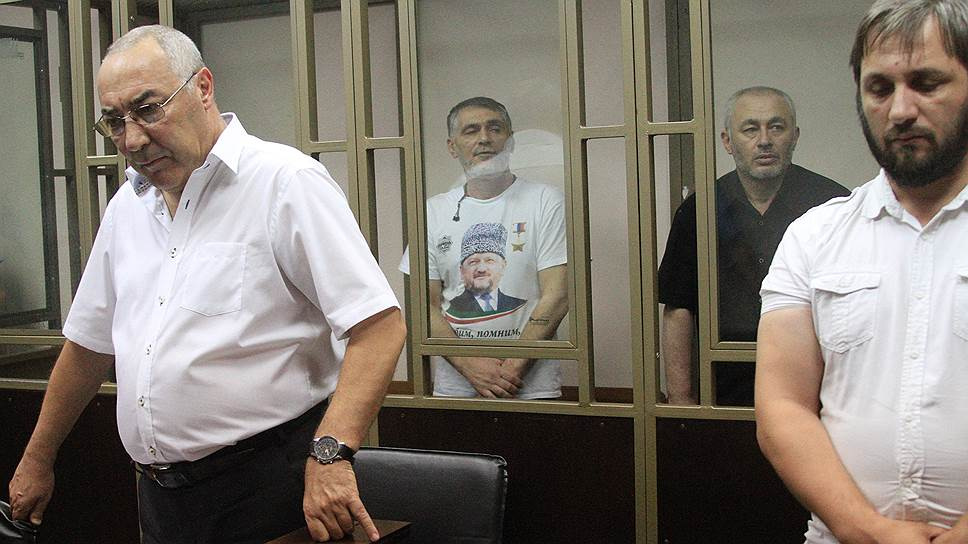Во втором ряду: участники вооруженной банды Басаева Руслан Наматов (слева) и Артур Ушаев
