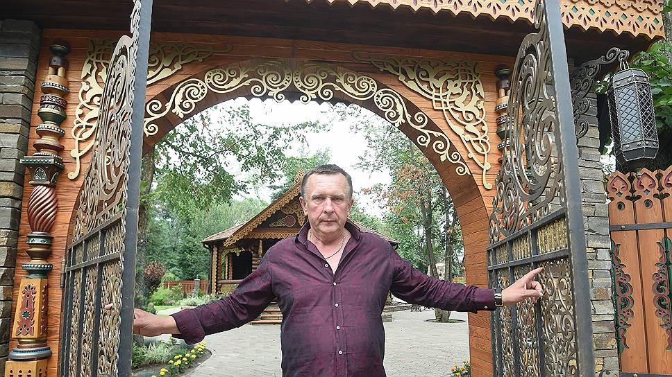 Часть парка Кушнаренко выделил под брачные церемонии, а саму церемонию со строгой последовательностью ритуалов придумал сам