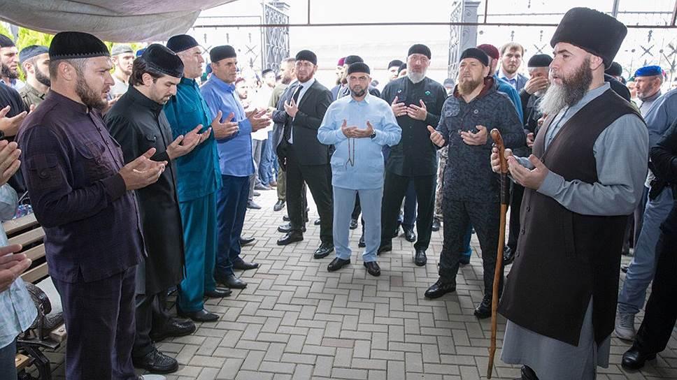 """""""Ъ"""" спросил у чеченцев, почему так много людей приехали проститься с Юсупом Темирхановым"""