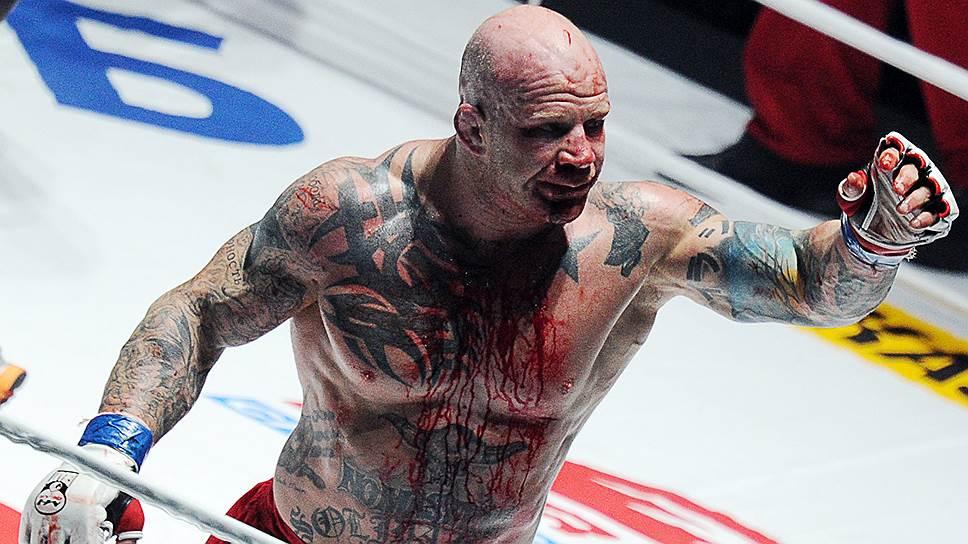 Джефф Монсон во время боя с российским бойцом смешанных единоборств Федором Емельяненко в рамках турнира M-1 Global «Битва легенд» в 2011 году