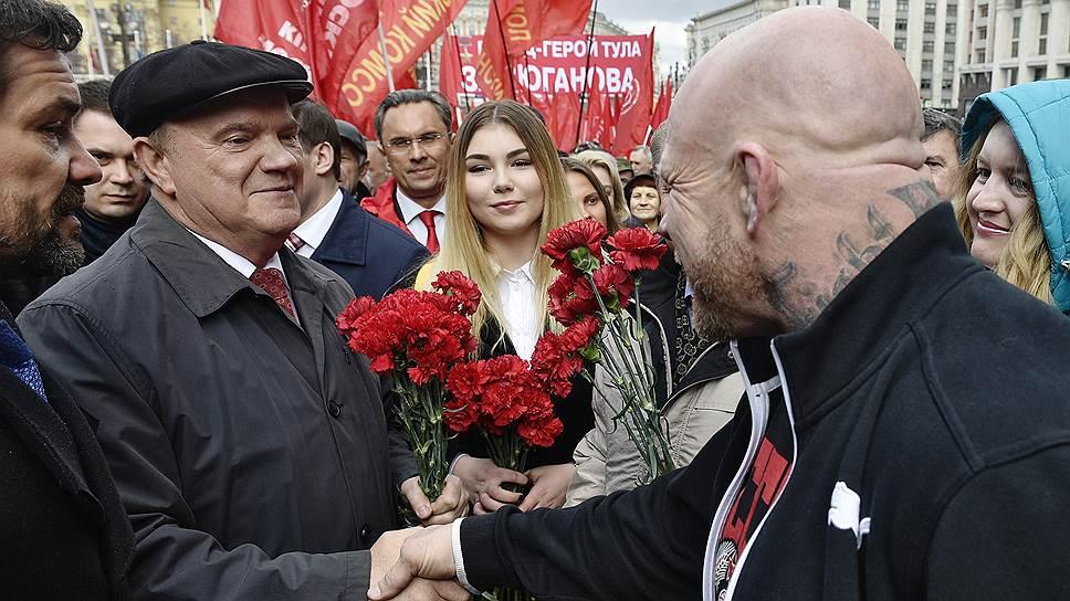 Лидер КПРФ Геннадий Зюганов (слева) и Джеффри Монсон на церемонии возложения цветов к Мавзолею на Красной площади, в 146-ю годовщину со дня рождения Владимира Ленина в 2016 году