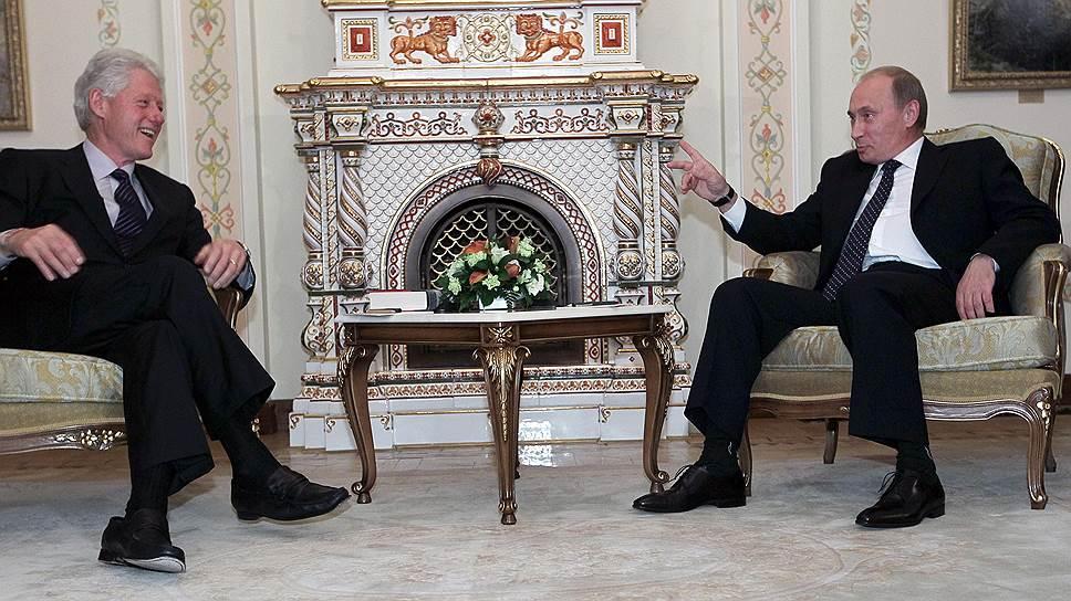 Бывший президент США Билл Клинтон (слева) и премьер-министр Владимир Путин во время встречи в резиденции Ново-Огарево 29 июня 2010 года
