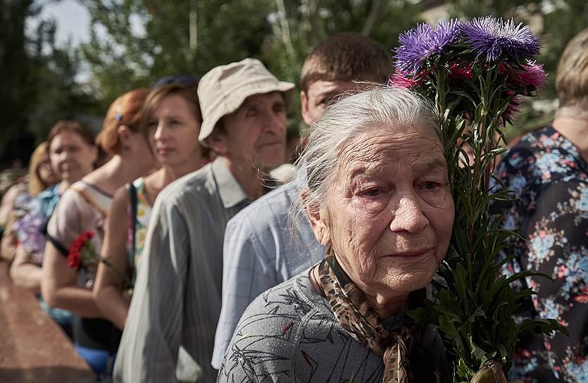 Тысячи человек выстроились в очередь в несколько километров, чтобы возложить цветы к гробу Александра Захарченко