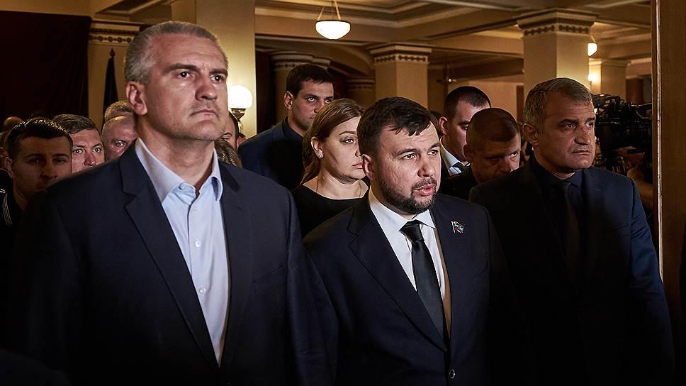 Слева направо: глава Республики Крым Сергей Аксенов, председатель Народного совета ДНР Денис Пушилин и глава Южной Осетии Анатолий Бибилов во время церемонии