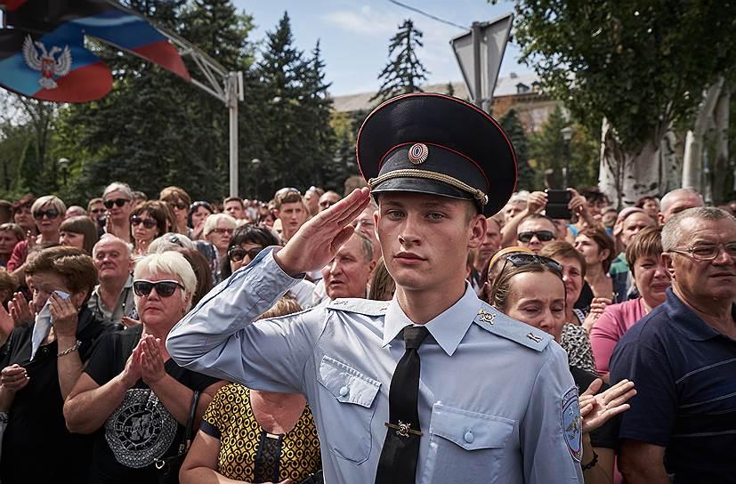 Александр Захарченко погиб 31 августа в центре Донецка в результате взрыва в кафе «Сепар». Также погиб его телохранитель. Ранения получили несколько человек, в том числе министр по налогам и сборам ДНР. Силовые органы ДНР уже задержали подозреваемых — по их словам, это украинские диверсанты