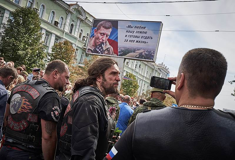 Лидер мотоклуба «Ночные волки» Александр Залдостанов (в центре)