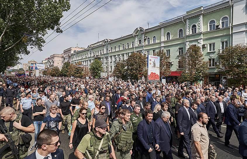 После завершения церемонии прощания состоялось траурное шествие по улице Артема